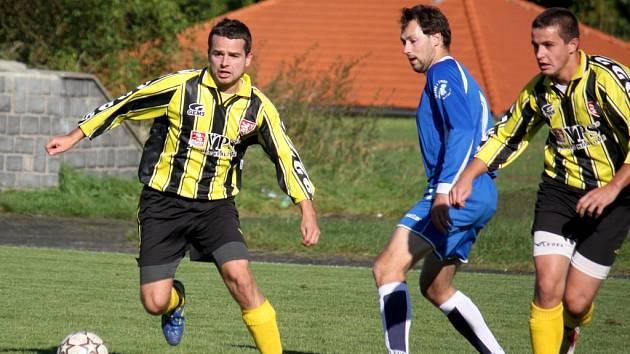 Oporou týmu je útočník Martin Odvářka (u míče), který čtvrtým rokem je kmenovým hráčem chotěbořské sestavy v I. A třídě, která letos bojuje o postup do krajského přeboru.