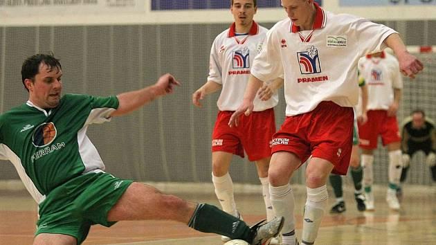 Futsalisté havlíčkobrodského Pramenu (vpravo Tomáš Šnobl) v úvodním druholigovém vystoupení podlehli Hradci Králové 6:2.