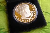 Tak to je ona – 42 gramů vážící medaile vydaná u příležitosti Roku Jaroslava Haška.