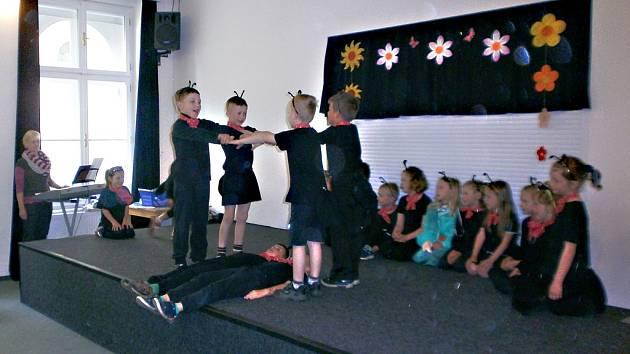 Žáci první třídy z Úsobí se v havlíčkobrodském AZ centru blýskli pohádkou Polámal se mraveneček.