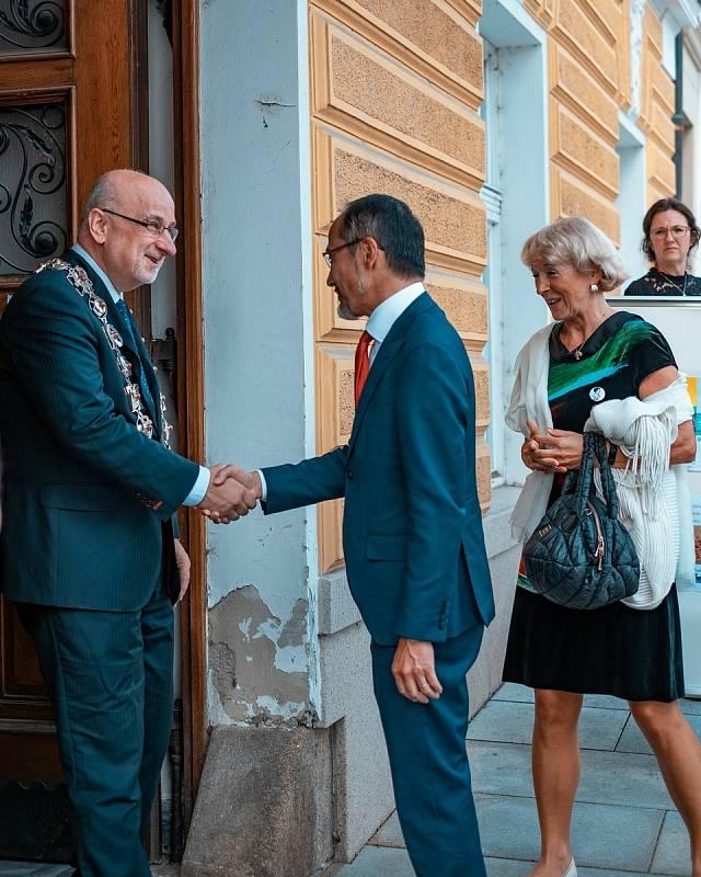 Johanka Juklová, žákyně sekundy brodského gymnázia využila uplynulý lockdown originálně a sama se naučila japonsky. A především díky tomu do Havlíčkova Brodu nedávno přijel japonský velvyslanec Hideo Suzuki.