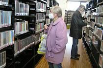 Do nové krajské knihovny v Brodě už mohou vstoupit čtenáři, ovšem podle přísných pravidel.