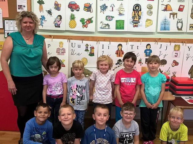 Na fotografii jsou žáci první třídy ZŠ a MŠ Havlíčkova Borová střídní učitelkou Mgr. Janou Žákovou.