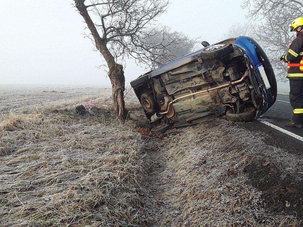 V Kožlí u Ledče nad Sázavou se auto převrátilo na bok. Při nehodě se zranila řidička a dítě.