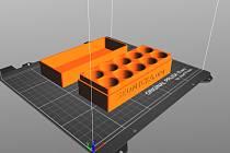Petr Kotting vede v Jeníkově technický kroužek. Při práci s 3D tiskárnou vznikly například boxy na přenos anticovidových vakcín.