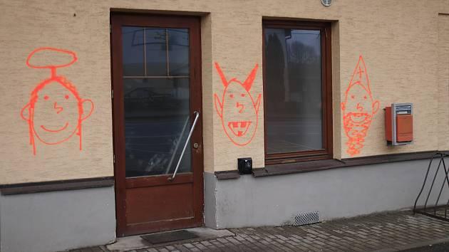 Graffiti na obchodu v Nové Vsi u Chotěboře.