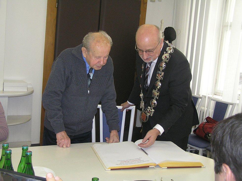 Jaromír Stojan se u příležitosti 90. narozenin nedávno dočkal slavnostního přijetí na brodské radnici.