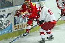 Útočník Miloslav Čermák (v červeném) je odchovancem havlíčkobrodského hokeje, na snímku v dresu pražské Slavie.