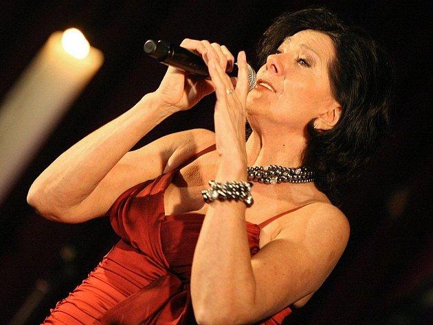 Marie Rottrová patří bezpochyby k českým hudebním stálicím a její písně poslouchá jak starší, tak mladší generace. Jak sama tvrdí, pozná to hlavně na festivalech.