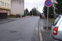 Umístění značky znamenalo  konec parkování před domem číslo 1205 a 1206. Stávající parkoviště nestačí.