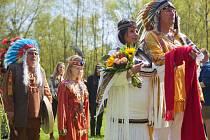 Misabelka a Aron spojili své duše při indiánském obřadu. Místo prstýnků si vyměnili přívěsky.