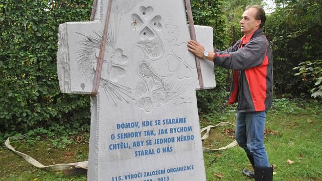Už stojí. V pondělí odpoledne byl kříž od Radomíra Dvořáka posazen do areálu domova pro seniory.