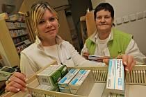 Za pulty lékáren je živo. Přicházejí sem v těchto dnech desítky pacientů a žádají především tradiční lék proti nachlazení.