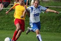Do rychlého vedení se v Habrech dostali fotbalisté Pohledu (vpravo Eis) 0:3, ale nakonec se o výsledek strachovali.