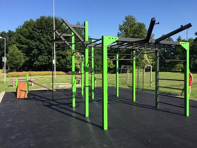 Street workout park je venkovní posilovací prostor složený ze soustavy ocelových hrazd, bradel, lavic a žebříků určených pro posilování vlastní vahou těla. Cvičební prvky jsou ukotveny na betonovou plochu pokrytou certifikovanou pryží.