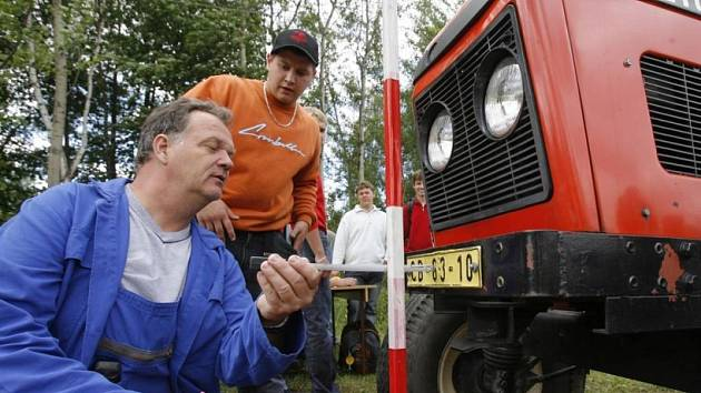 Snadný terč. Traktory a další zemědělská technika se často stávají snadným terčem nájezdných zlodějů, kteří odčerpávají pohonné hmoty nebo kradou i náhradní díly. (ilustrační foto)