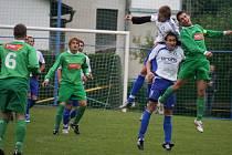 Fotbalisté Herálce (v bílém) se utkají se Světlou