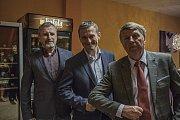 Zastupitel a hostitel Jindřich Pospíchal (zcela vlevo) si poté se zájmem poslechl i zkušenosti Vladimíra Kořena coby starosty Říčan.