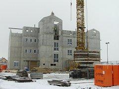Stavbu nového domu s pečovatelskou službou zahájili loni ve Ždírci nad Doubravou. V domě budou i byty k pronájmu a nové lékařské ordinace.