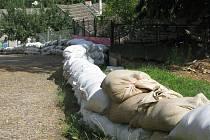 Lidé z Poříčí u Přibyslavi už přece jen mohou spát klidněji. Jejich domovy, které koncem června zaplavily tuny vyplaveného bahna, už chrání hráze z pytlů s pískem.