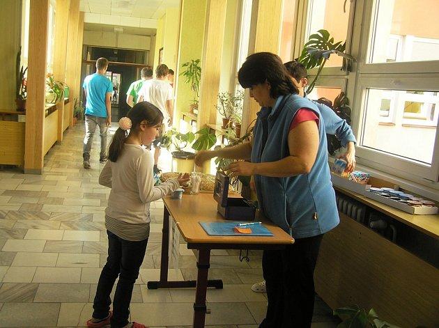 Každý den mají školáci ve Ždírci k dispozici ke svačině mléčný výrobek, koupit si mohou u zaměstnanců školy také celozrnné pečivo.