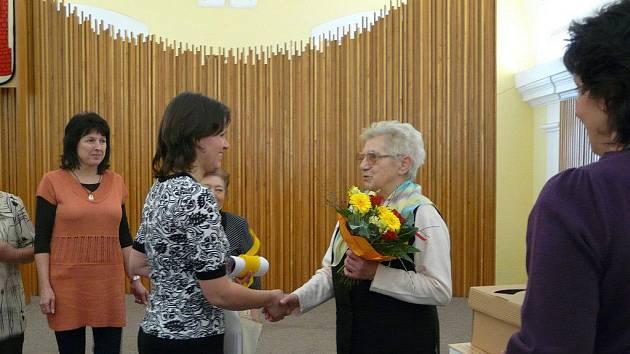 Hedvika Jirásková (vpravo) pravidelně navštěvuje knihovnu v Chotěboři.