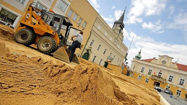 Provizorní hřiště vytvořilo sto třicet tun plážového písku, který technika upravila do požadované podoby.