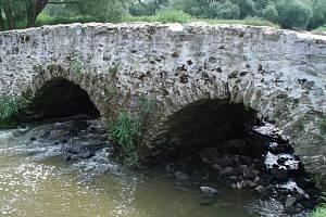 Most U Lutriána patří k nejstarším v Česku.