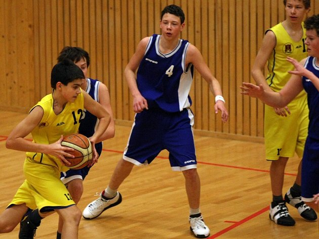 Brodští ligoví žáci hrající pod hlavičkou BC Vysočina (ve žlutém Tomáš Šoukal) odehráli nesmírně vypjatý zápas vKroměříži. Nakonec ho vyhráli o dva body, když dali koš s klaksonem.
