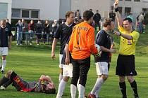 Pouze bod doma uhráli fotbalisté Přibyslavi. Nepomohla jim ani dvacetiminutová přesilovka po vyloučení žirovnického gólmana Kadlece (na snímku).