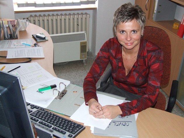 """Zaměstnankyně úřadu práce Radka Fikarová se coby přísedící soudkyně zaměřuje na pracovněprávní spory. Nezřídka se jí stává, že k ní na úřad přijdou lidé, kteří mají potíže se svým zaměstnavatelem, a později se i s jejich """"chlebodárcem"""" potká u soudu."""