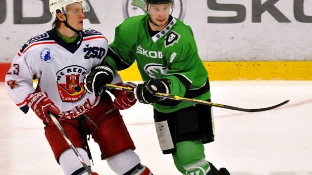 Hokejisté Havlíčkova Brodu (v bílém) sice dokázali půl zápasu Mladé Boleslavi vzdorovat, nakonec si však odvezli porážku 1:6.