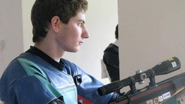 Josef Nikl se připravuje před střelbou na běžící terč.