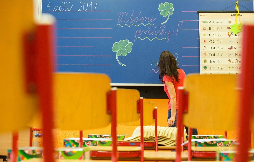 Poslední přípravy třídy paní učitelky Jany Šenkové v ZŠ V Sadech na pondělní příchod prvňáčků.
