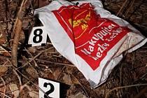 Mrtvé tělíčko novorozené holčičky zabalené do dvou igelitových tašek našel 12. dubna náhodný chodec u rybníku Drátovec v místní části Perknov v Havlíčkově Brodě.
