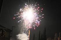 Možná nejmenší obcí na Vysočině, která pořádá k přivítání Nového roku organizovaný ohňostroj, je Krucemburk. Na zdejší náměstí pod kostelem, u kterého je pochován malíř Jan Zrzavý, dorazily v sobotu vpodvečer davy lidí.