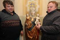 Zpodobnění sv. Anny samotřetí v kostele sv. Mikuláše v Dlouhé Vsi. V pravé ruce drží svoji dceru Marii, v levé vnuka, novorozeného Ježíše. Dílo ze seznamu českých kulturních památek si prohlížejí zvoníci kostela, Bohuslav Rérych (vlevo) a Jiří Klement.