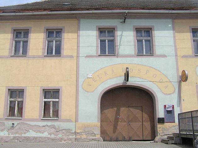 Omšelá fasáda a zaprášená okna. Kdysi centrum společenského života městyse Vilémov čeká, co s ním bude dál.