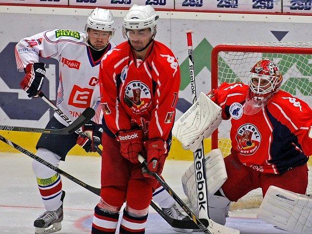 Zadák Martin Vágner (uprostřed v červeném) bude i nadále oblékat dres Havlíčkova Brodu.