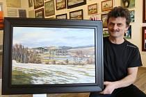 Ve spodní části Bechyňova náměstí v Přibyslavi byla otevřena výstavní síň. Na snímku výrobce malířských pláten a nyní i galerista Luboš Janáček připravuje k zavěšení zpodobnění vesnice Milovy od krajináře Žďárských vrchů Miroslava Macourka.