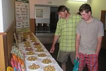 Před vstupem do sálu, kde se hlavní část Polního dne o bramborách uskutečnila, si mohli všichni účastníci prohlédnout aktuální nabídku odrůd, které šlechtitelé z České Bělé a Velhartic nabízejí producentům brambor u nás i v zahraničí.