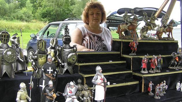 Rytíři a víly.  Pro  výrobu figurek v historických kostýmech slouží dnes mnohem modernější metoda.