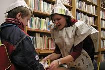 Kostýmy. Zaměstnankyně krajské knihovny si opět obléknou kostýmy, tentokrát knihovnic z předminulého století.