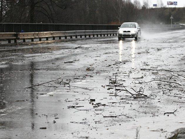 Popadané větve a vytrvalý déšť byly největším nebezpečím pro řidiče hlavně v sobotu dopoledne.