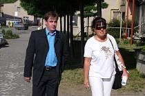Policista verdikt neslyšel. Ondřej Turek přicházel včera k soudu se svou obhájkyní s nadějí, že bude osvobozen. Přestože včerejší hlavní líčení sledoval, soudu se nakonec omluvil, že na vynesení rozsudku nepřijde.