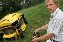 """Spider. Od """"pavouka"""" se můžete vzdálit i na více jak padesát metrů. Podle vynálezce Lubomíra Dvořáka je práce s ním bezpečnější než s křovinořezem."""