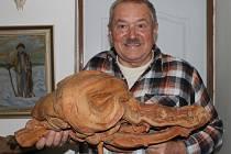 """Zřejmě nejcennějším kouskem ze sbírky Petra Svatoně je tato krásná hlava krokodýla. """"Je to kořen černého bezu, který jsem týden vykopával ze země, aniž bych tušil, že najdu takovýhle skvost,"""" říká sběratel samorostů Petr Svatoň."""