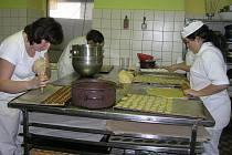 Asi čtrnáct druhů čajového pečiva a deset druhů minizákusků dokážou vyrobit na vánoční stůl šikovné ruce cukrářek v provozovně UHrušky v Havlíčkově Brodě.