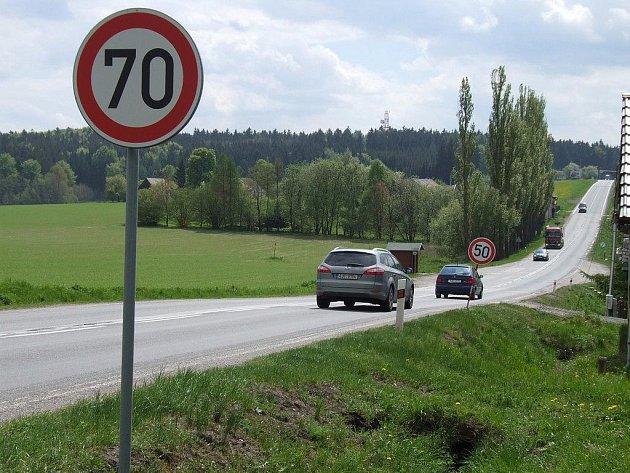 Silnice první třídy z Brodu na Jihlavu přetíná osadu Skřivánek.