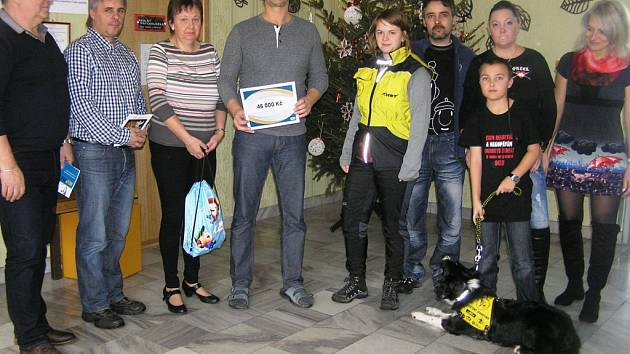 Malý diabetik Aleš Wasserbauer ze Ždírce nad Doubravou (vpravo) dochází už od listopadu do školy ve společnosti speciálně cvičené border kolie Dixie.